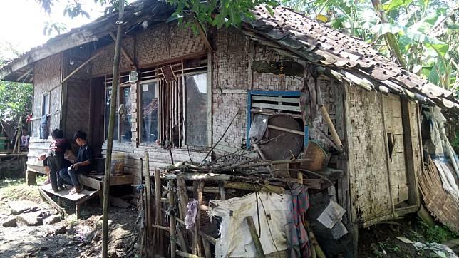 Kakek-Nenek di Bojongpicung Huni Gubuk Reyot Nyaris Ambruk