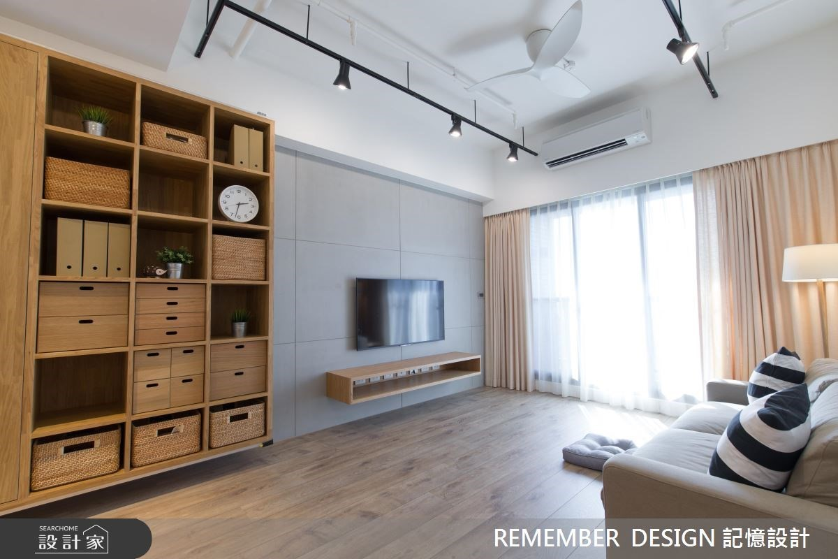 客廳通常都是居家公共空間中的收納重點區,利用不落地的開放式格狀櫃搭配藤編籃或抽屜櫃,可以收納遙控器電線等各種雜物,也有空間擺放植栽時鐘等生活擺飾品