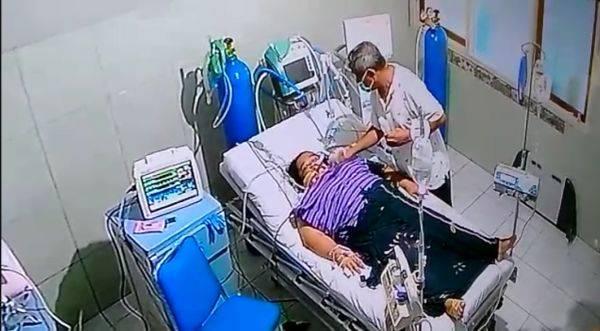 Wali Kota Tidore Kepulauan Ali Ibrahim saat menengok istrinya Sulama dirawat di ruang isolasi RSUD Chasan Boesoirie, Ternate