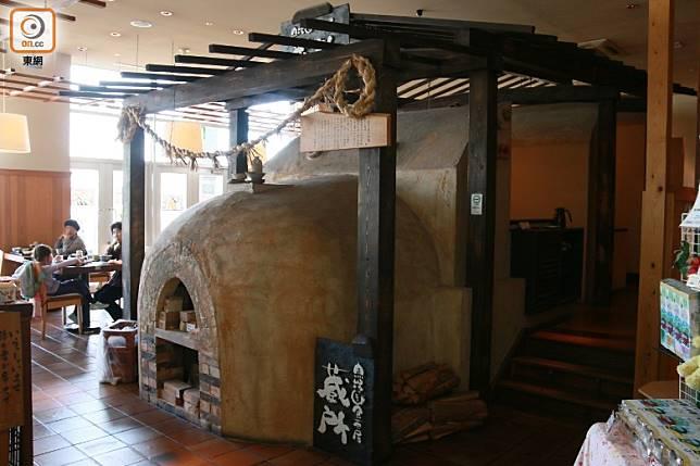 餐廳正中央放置了真正用過的燒陶窰爐,盡見主題特色。(劉達衡攝)