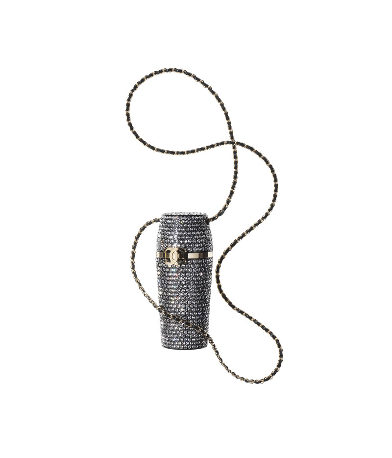 Chanel水晶鑲飾皮革金屬雙C LOGO皮穿鍊口紅盒項鍊,售價NT$101,000