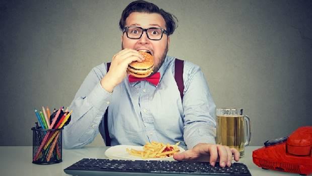 工作好累,下班只想吃鹹酥雞追劇?心理師建議3個方法,戒掉靠「爆食狂買」紓壓的上癮習慣
