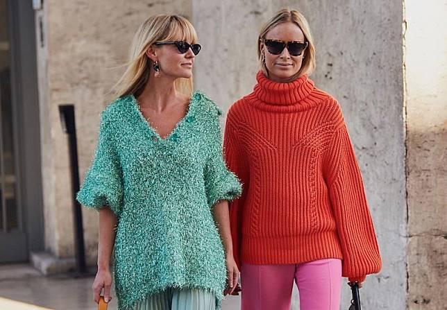 5 Cara Paling Simpel dan Trendi untuk Pakai Sweater di Musim Hujan Ini 4af41ffb9e