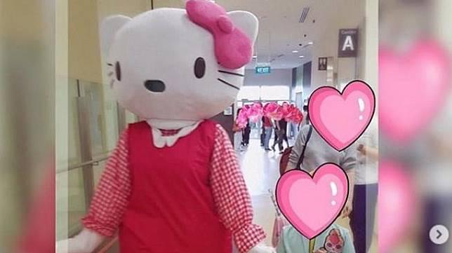 Denada menjadi Hello Kitty di ultah ke-6 putrinya, Shakira. Lucunya,Shakira yang mengenakan baju hijau, tak tahu kalau orang di dalam boneka Hello Kitty adalah ibunya. (Instagram)
