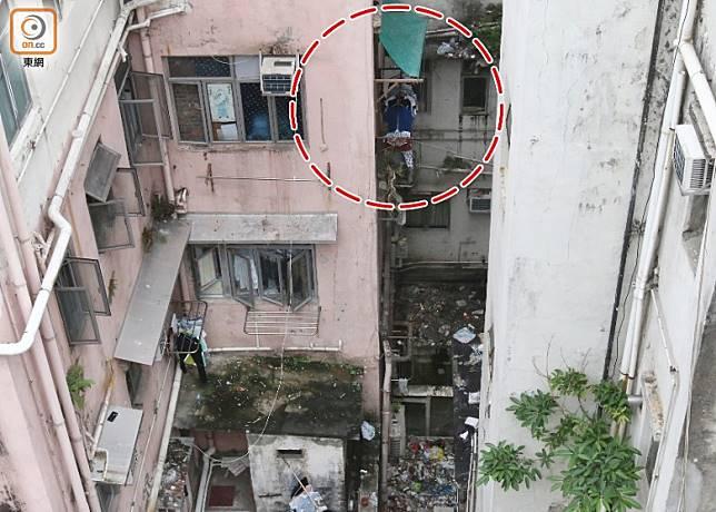男童由家中飛墮大廈簷篷(紅圈示)。(趙瑞麟攝)