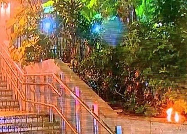 尖沙咀警署出現火頭。(電視畫面)