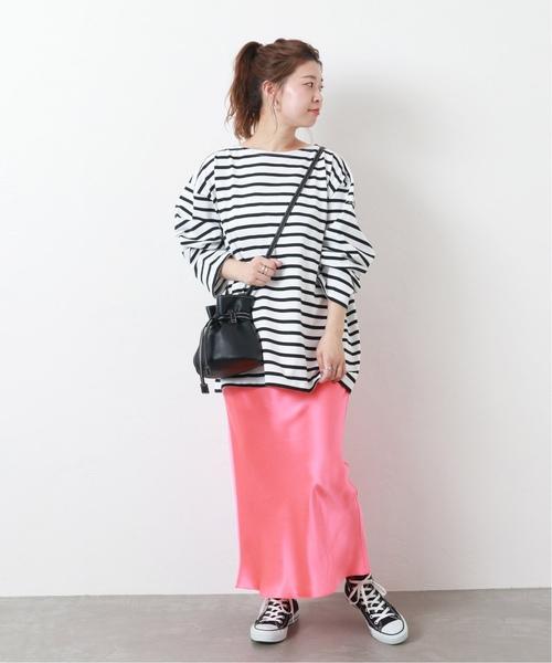 黑白橫條紋上衣搭配光澤感粉紅色長裙