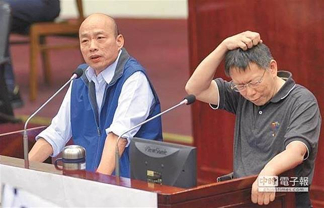 2016年。時任北農總經理的韓國瑜(左)與台北市長柯文哲在北市議會備詢。(本報資料照片)