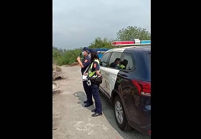 嘉義縣警察局竹崎分局員警清明連假期間,對公墓進行防疫宣導廣播。