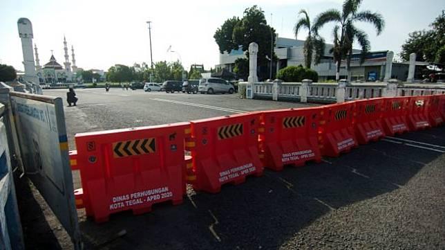 Ilustrasi sejumlah pembatas dipasang untuk menutup jalan yang di lockdown lokal. [ANTARA FOTO/Oky Lukmansyah]