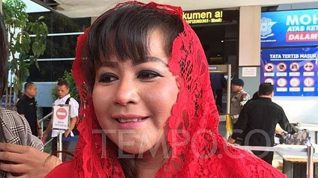 Kader PDI P Dewi Tanjung (kerudung merah) saat melaporkan penyidik KPK Novel Baswedan atas tuduhan rekayasa penyiraman air keras ke Polda Metro Jaya, Rabu 6 November 2019. TEMPO/TAUFIQ SIDDIQ