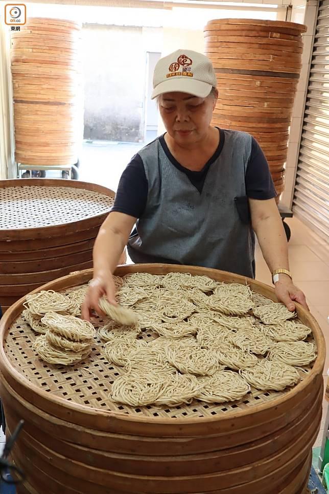 意麵原材料和製法跟一般麵條略有不同,它使用鴨蛋,混合麵粉與其他配料。(劉達衡攝)