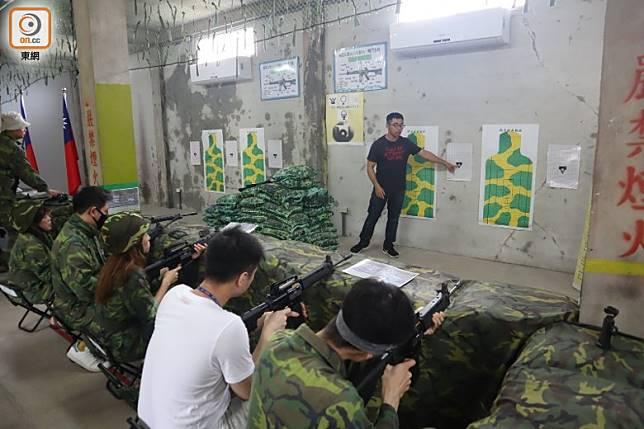 「隊員」都要先上堂,聽教官講解射靶計分方式。(劉達衡攝)