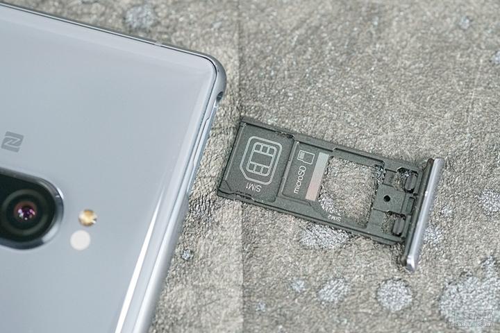 Xperia 1 支援 4G+4G 雙卡雙待,SIM2 和 microSD 共卡槽。