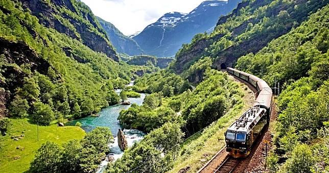 景致壯觀的高山觀景火車,沿路穿越高山、深谷、瀑布與森林,如同挪威縮影。(互聯網)