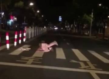 ▲女子躺在馬路中整個人「對折」,以頭上腳下的方式狂舔自慰,讓路過的民眾全看傻了眼。(圖/翻攝自微博)