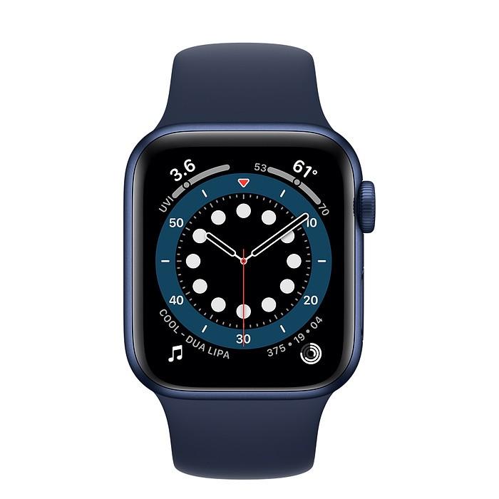 鋁金屬錶殼身形輕盈,採用 100% 再生航太等級合金材質製成。運動型錶帶以耐用又出奇柔軟的優異 fluoroelastomer 材質打造,搭配創新的按插式錶扣。• GPS 錶款能讓你在腕上打電話與回訊