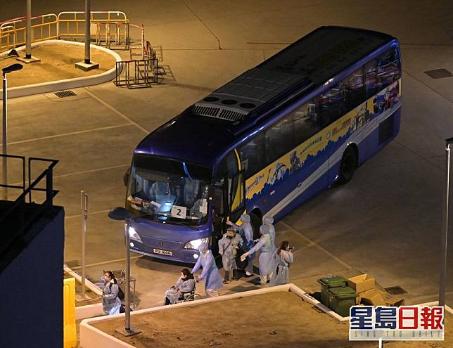 政府早前亦有派專機接載滯留湖北港人,他們乘坐旅遊巴士抵火炭駿洋邨。資料圖片