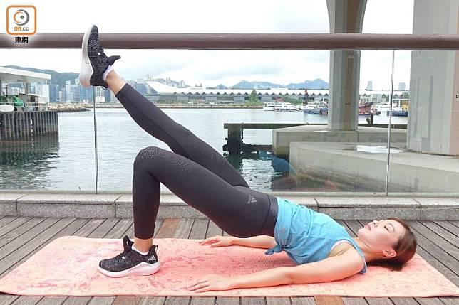 以左腳作支撐點,同樣臀部用力將身體撐起至水平位置。(胡振文攝)
