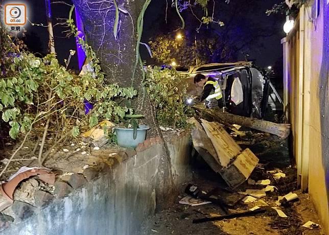 屋苑的部分圍牆被失事客貨車撞冧。(胡德威攝)