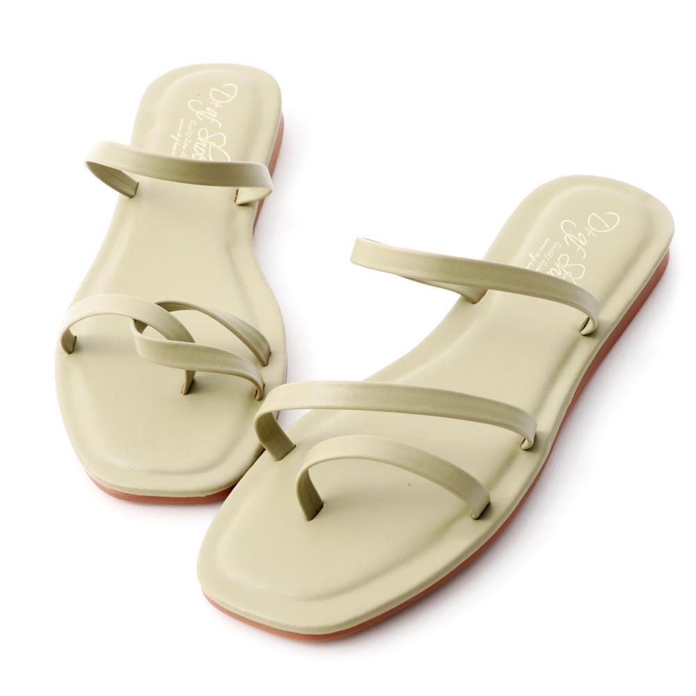 精緻的細帶涼鞋是今夏百搭單品 不對稱的獨特設計讓人驚呼好特別! 柔軟皮革的細膩質感雙腳感受得到, 鞋墊下多加了QQ軟軟的軟墊, 穿起來舒適度倍增,貼心呵護妳的雙腳 平易近人的1cm跟高好穿又好走 炎炎