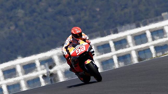 Meski tidak naik podium, Marc Marquez, berhasil menuntaskan perlombaan yang memakan sebanyak 25 putaran tersebut tanpa kecelakaan. (AP Photo/Jose Breton)
