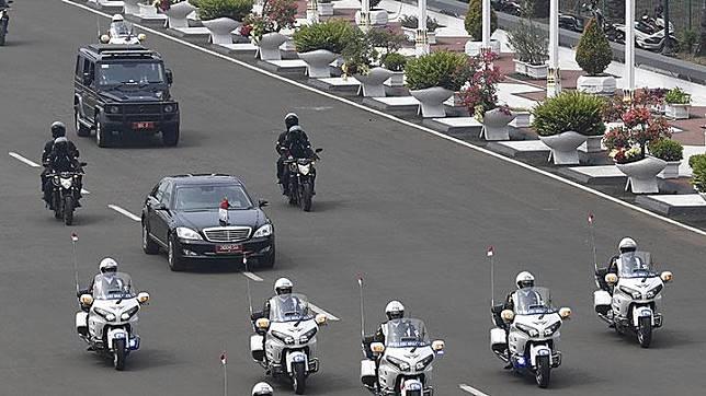 Ilustrasi rombongan mobil kepresidenan yang membawa Presiden Jokowi. Menurut Jokowi mobil Mercedes-Benz S600 Pullman Guard yang dioperasionalkan sejak 2009 ini sudah lebih dari 10 kali mogok. ANTARA/Puspa Perwitasari