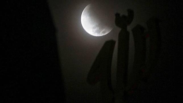 Fenomena gerhana bulan sebagian (parsial) terlihat di Kota Pekanbaru, Riau, Rabu 17 Juli 2019. Fase awal hingga akhir gerhana bulan parsial tersebut dapat diamati dengan lama waktu dua jam 58 menit.  ANTARA FOTO/Rony Muharrman