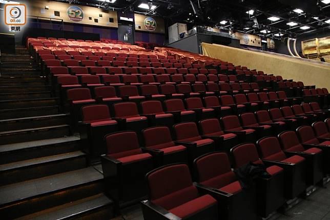 觀眾席冇人。