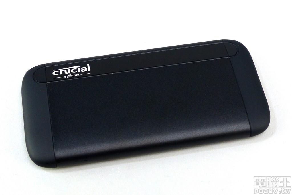 Crucial X8 產品外殼較 M.2 2280 SSD 略大一些,這其中其實有著散熱功能的考量,也方便單手握持。