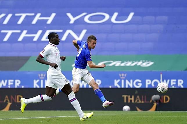 Penyerang Leicester City Jamie Vardy mencetak gol ke-100 di Liga Primer Inggris saat timnya mengalahkan Crystal Palace 2-0 di Stadion King Power, Leicester, Sabtu (4/7)