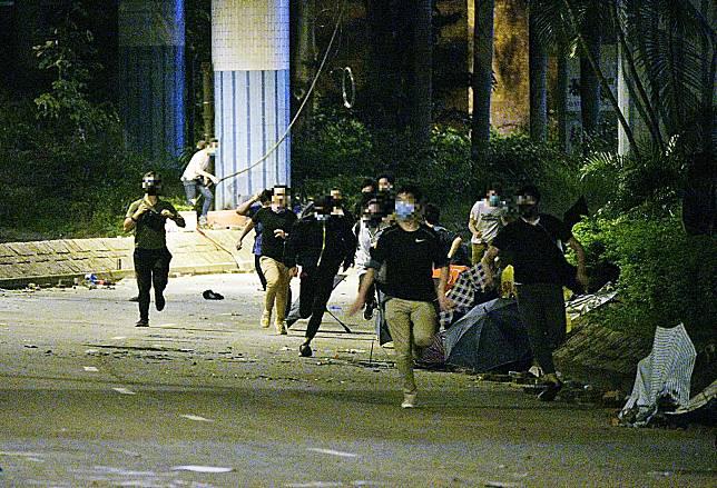 大批示威者嘗試逃跑