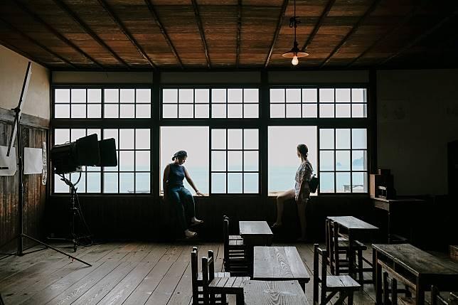 課室對出是一望無際的汪洋,靠近窗邊坐著,輕易拍攝出猶如劇照的相片。