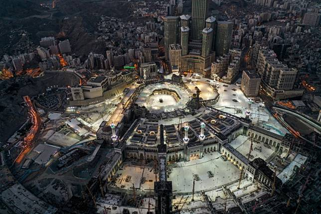 This picture taken on May 24, 2020 during the early hours of Eid al-Fitr, the Muslim holiday which starts at the conclusion of the holy fasting month of Ramadan, shows an aerial view of the Grand Mosque and Kaaba in the centre of Saudi Arabia's holy city of Mecca. Saudi Arabia began a five-day, round-the-clock curfew from May 23 after COVID-19 coronavirus infections more than quadrupled since the start of Ramadan to around 68,000 -- the highest in the Gulf.