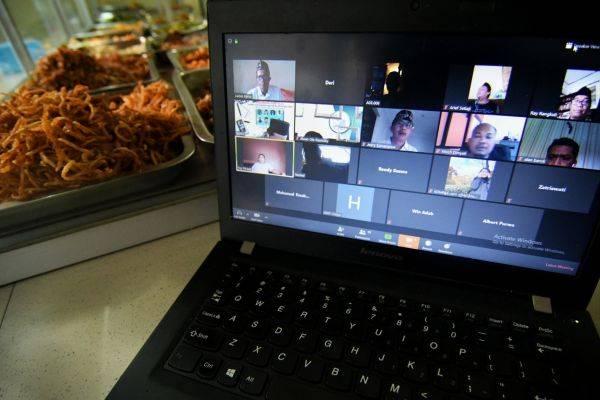 Wartawan menyaksikan diskusi online melalui aplikasi zoom di Jakarta, Senin (6/4).