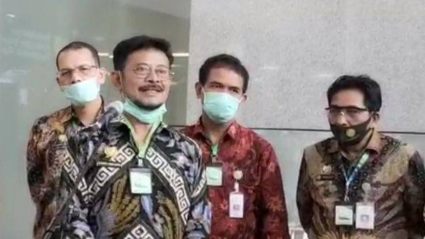 Menteri Pertanian Syahrul Yasin Limpo Mengenakan kalung antivirus untuk mencegah penularan Covid-19.