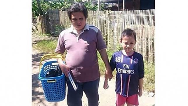 Bocah SD temani ayahnya jualan