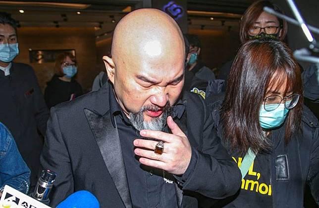 辛龍昨日已忍不住在鏡頭前掩面痛哭。(圖:中時電子報)