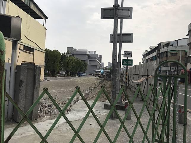 國立鳳山高中校園圍牆正在整建,監視器系統都暫時關掉,警方靠著針孔攝影機內錄到一張許的畫面,才循線查到許涉案。