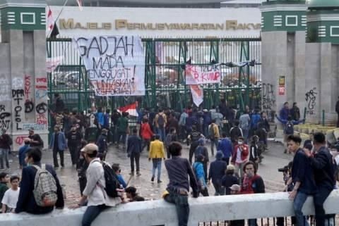 Gambar Kemaluan Pria Penuhi Tembok Sekitar Gedung DPR Pasca Demo
