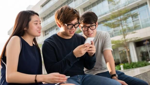 Ilustrasi remaja bermain ponsel. Shutterstock.com