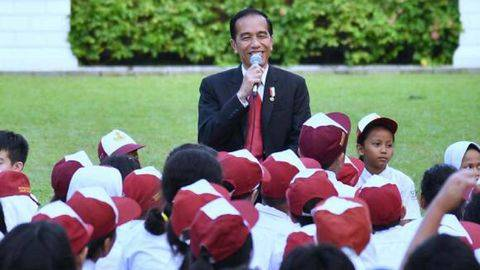 Presiden Joko Widodo bersama sejumlah anak saat memperingati Hari Buku Nasional. (Dok. Biro Setpres)