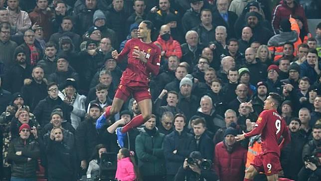 Bek Liverpool, Virgil van Dijk, mencetak gol ke gawang Manchester United (MU) (PAUL ELLIS / AFP)