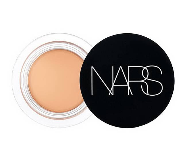 NARS柔霧完美遮瑕膏具高度遮瑕,能遮蓋面部不同瑕疵。柔焦效果能締造柔滑美肌,蘊含多種美肌成分,長期使用肌膚更顯柔滑細緻。(互聯網)