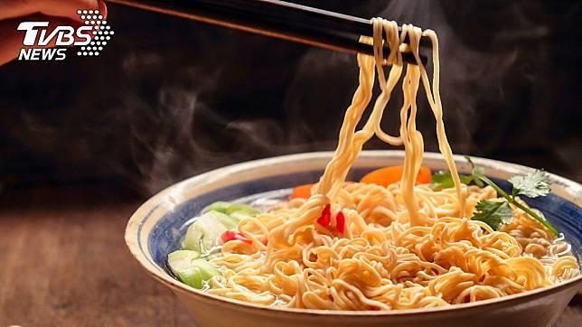 許多人都有吃過泡麵的經驗。(示意圖/TVBS)