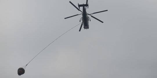 Helikopter padamkan api pengunjuk rasa. ©2019 Merdeka.com/Imam Buhori