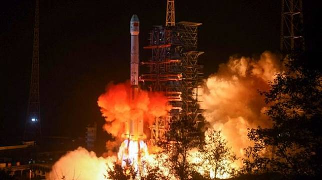 Satelit Nusantara Dua jatuh saat dibawa ke orbit oleh Roket Long March 3B milik China. Foto: Sebuah roket Long March 3B melesat dari Pusat Peluncuran Antariksa Xichang di Provinsi Sichuan, China pada Desember 2018. [AFP]