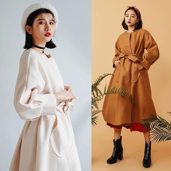 花邊領口非常的美,整件版型也很硬挺,是一款值得收藏的大衣款式。