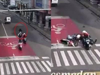 VIDEO: Keburu Lampu Merah, Pemotor Ini Nyosor, Supir Ojol Jadi Korban