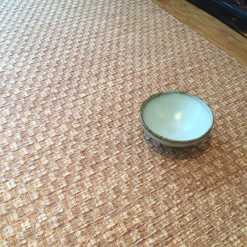 台灣紙編茶席- 褐色 台灣工藝紙編茶席,適用於茶席,室內裝修,居家佈置,包裝及手工藝品, 紙茶席可水洗不會退色(勿用洗衣機洗喔~~) 百分之百台灣製造,不含甲醛及不含偶氮染料,不會對人體產生過敏及毒害